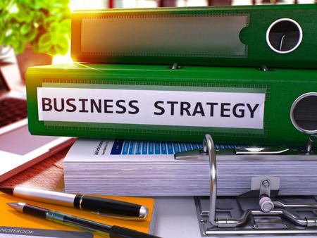 Estrategia empresarial - Carpeta verde de la oficina en el fondo de la mesa de trabajo con papelería y ordenador portátil. Concepto de negocio de estrategia empresarial sobre fondo borroso. Imagen tonificada de la estrategia empresarial. 3D.
