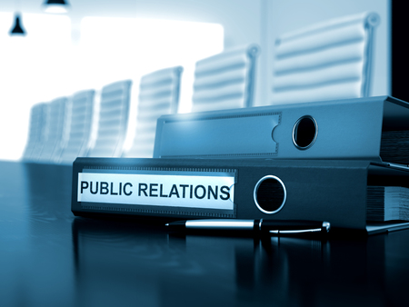 relaciones publicas: Carpeta de la oficina con las relaciones públicas de inscripción en el escritorio. Relaciones públicas. Ilustración del asunto en el fondo entonada. 3D.
