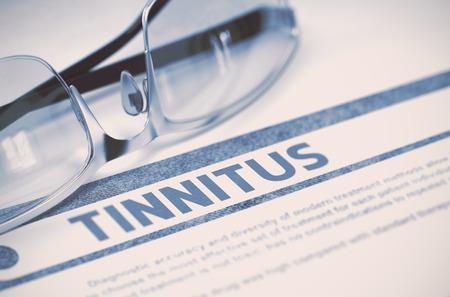 dolor de oido: Tinnitus - concepto de medicina en el fondo azul con el texto borroso y composición del Espec. Tinnitus - concepto de medicina con borrosa texto y vasos sobre fondo azul. Enfoque selectivo. Representación 3D.