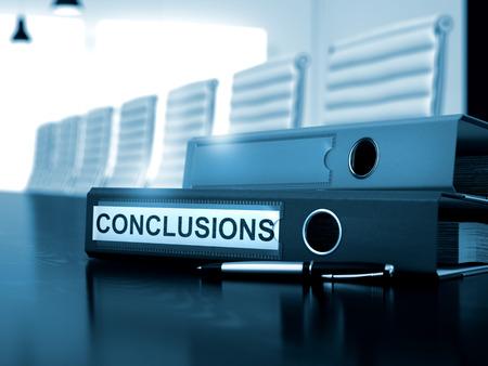 cuadro sinoptico: Conclusiones - concepto de negocio en el fondo entonada. Carpeta de anillas con Conclusiones de inscripción en la tabla de funcionamiento. Conclusiones. Concepto de negocio en el fondo borroso. Render 3D.