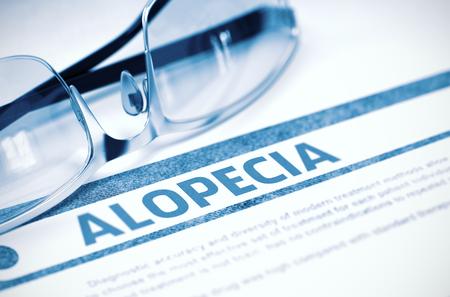 Diagnostic - Alopécie. Concept médical avec texte flou et lunettes sur fond bleu. Mise au point sélective. Rendu 3D. Banque d'images - 65057840