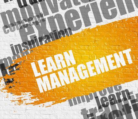 Lernen Sie das Management auf der weißen Mauer. Lizenzfreie Bilder