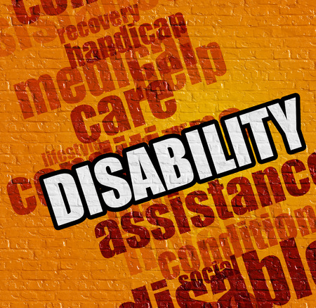 Modernes Gesundheitskonzept: Gelbes Brickwall mit Unfähigkeit auf ihm. Behinderung an der gelben Backsteinmauer. Lizenzfreie Bilder