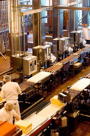 linea de produccion: Los trabajadores de la f�brica de queso en Oregon  Foto de archivo