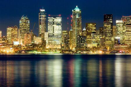Vista de la noche Seattle a través del sonido de Puget Foto de archivo