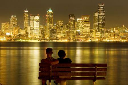 Ansicht von Nachtzeit Seattle über Puget Sound Standard-Bild