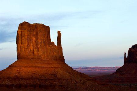 the mittens: Mittens en la famosa puesta de sol en Monument Valley Navajo tribal parque