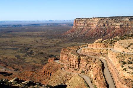 lacet: Local highway climbing up mesa in Utah, USA