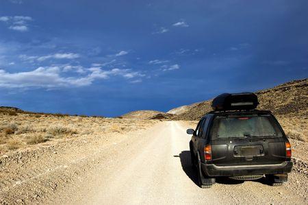 risks ahead: 4x4 SUV en la carretera sin pavimentar desierto en el Valle de la Muerte Parque Nacional de California