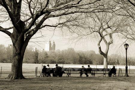 New Yorkers zitten op de bank in Central Park, NYC