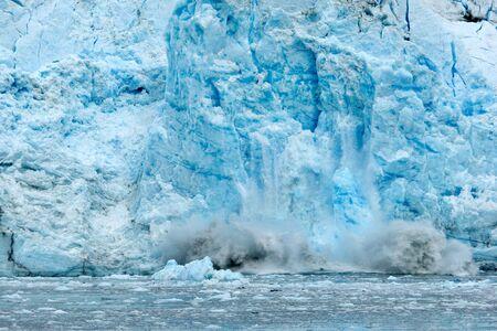 기후 변화를 보여주는 알래스카의 빙하에서 떨어지는 얼음 스톡 콘텐츠