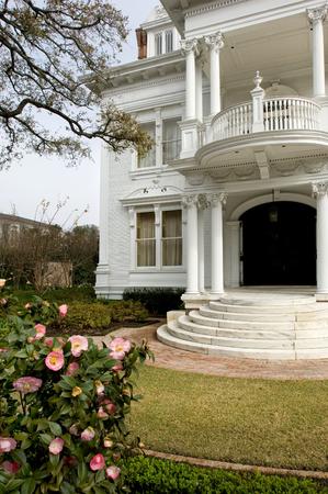 herrenhaus: Wei�e Villa in traditionellem Stil in New Orleans' Garden District