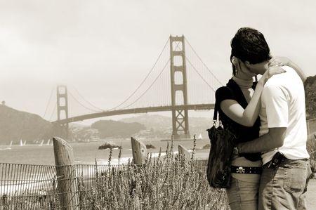 golden gate: Pareja joven con Golden Gate Bridge, en el fondo, San Francisco Foto de archivo