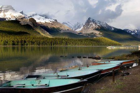 MALIGNE lago prístino parque nacional en Jasper, Montañas Rocosas