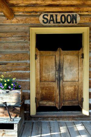 saloon: Aut�ntico berlina puertas de la vieja construcci�n en el oeste de Montana ciudad fantasma