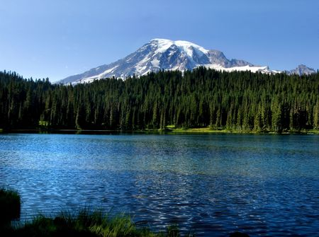 Mount Rainier peak and lake in the Mt. Rainier national park, Washington 版權商用圖片