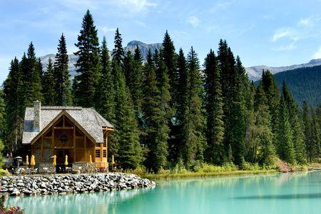 cabina: Retiro de madera en el lago Esmeralda, Parque Nacional Yoho, Rockies canadienses  Foto de archivo