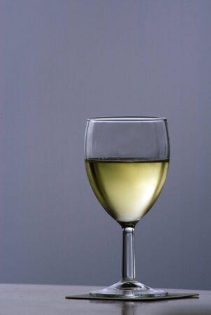 Glas witte wijn op geïsoleerde achtergrond