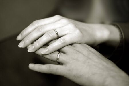 pareja de esposos: Just pareja casada tomarse de las manos con anillos de boda