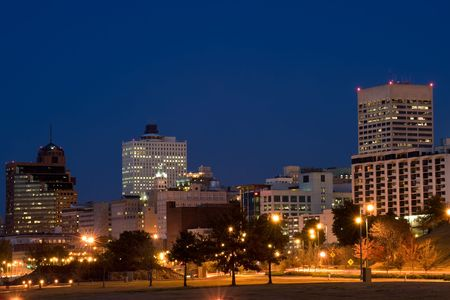 tennesse: Highrises de Memphis, Tennessee en el horizonte de la noche
