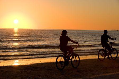 해질녘 Floridian Fort Meyers 해변에서 자전거 타기 스톡 콘텐츠
