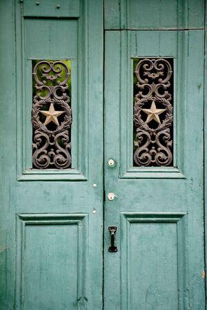 puertas antiguas: Puerta de madera vieja verde en el barrio franc�s, New Orleans  Foto de archivo