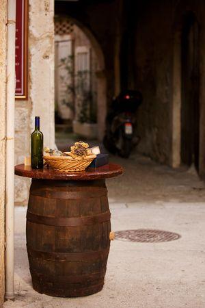 Bouteilles de vin avec du pain sur le dessus du baril en ville, Croatie  Banque d'images - 6369017