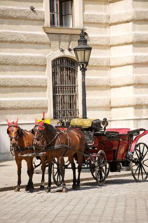hofburg: Horsedrawn transport sur la platz par le Palais Hofburg, Vienne