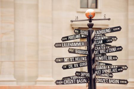 Famous signpost with directions to world landmarks in Pioneer Courthouse Square, Portland, Oregon 免版税图像