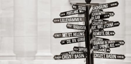 Berühmte Wegweiser mit Wegbeschreibung zu Welt Grenzsteine im Pioneer Courthouse Square, Portland, Oregon  Standard-Bild - 6522049