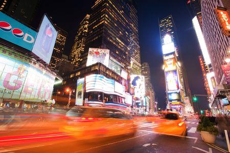 NEW YORK CITY, NY - 20 octobre : Taxis en mouvement sur Times Square, le 20 octobre 2010 dans la ville de Manhattan, à New York Banque d'images - 8151730