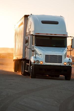 Camion-remorque au coucher du soleil près de American interstate je-40 Banque d'images - 8735991