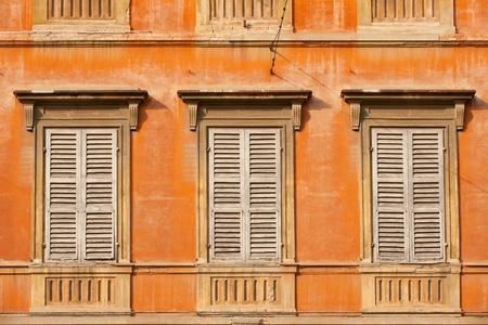 stucco facade: Colorata facciata del vecchio edificio di Modena, Italia Archivio Fotografico