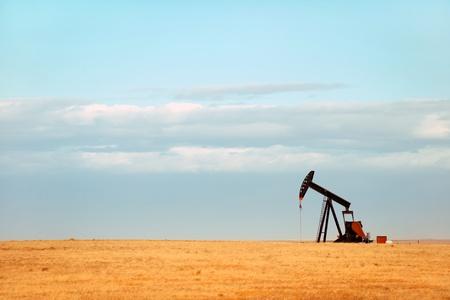 puits de petrole: Pompe � huile travail sur les plaines du Nebraska