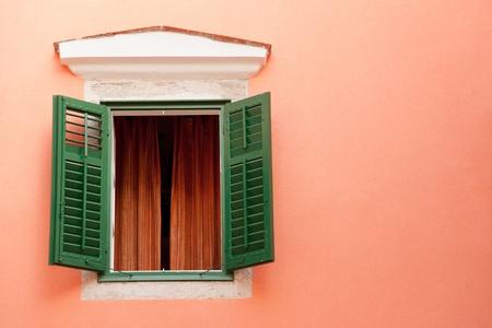 Ventana colorido de la vieja casa de la ciudad de Rab, Croacia Foto de archivo