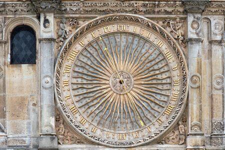 orologi antichi: Antico orologio sulla facciata della famosa cattedrale di Chartres, Francia Archivio Fotografico