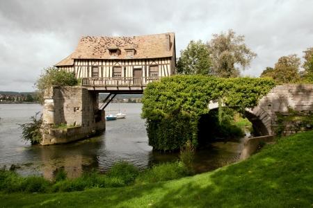 seine: De oude molen op middeleeuwse brug in Vernon, Normandië