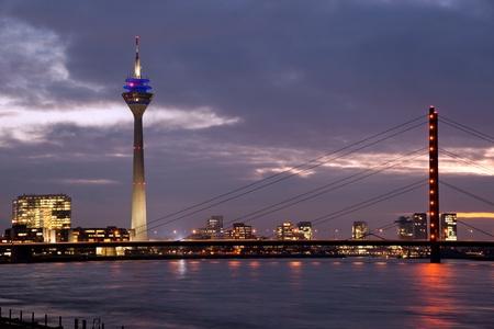 Rheinbrücke mit Turm im Medienhafen, Düsseldorf Standard-Bild - 11402897