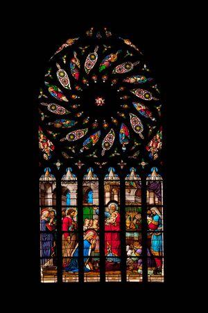 st malo: Vitrage della famosa chiesa di St Malo medievale nel centro storico di Dinan
