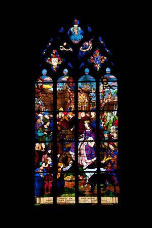 st malo: Vitrage del famoso medievale St Malo chiesa nel centro storico di Dinan Archivio Fotografico