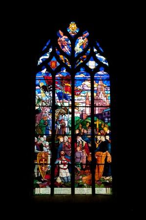 gothique: Vitrage de la c�l�bre �glise m�di�vale Saint-Malo dans le quartier historique de Dinan