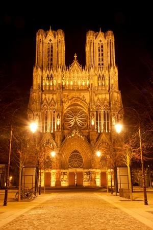 Célèbre Notre-Dame de Reims dans la nuit. Banque d'images - 12371739