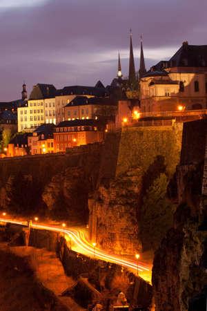 Nacht uitzicht van de Ville Haute en stadsmuur, Luxemburg Stad