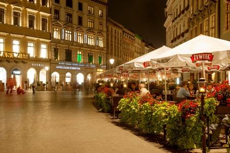 크라쿠프, 폴란드 - 9 월 25 일, 크라쿠프, 유럽에서 가장 큰 중세 시장 광장에서 메인 광장에 레스토랑과 상점을 방문하는 2007 사람들 에디토리얼