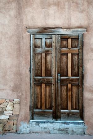 Mooie houten deur in Santa Fe historische centrum, New Mexico Stockfoto