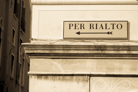 Directional sign to famous Rialto bridge on old Venetian building Stock Photo - 23044203