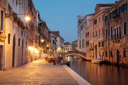 restaurante italiano: Escena nocturna en Cannaregio, histórico barrio residencial de Venecia Foto de archivo