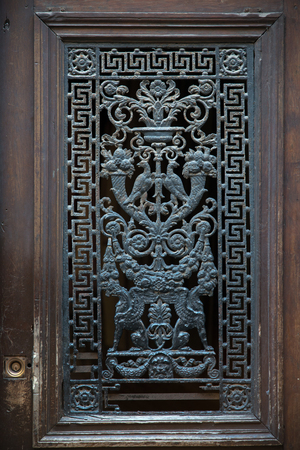 puerta de metal: Exquisito puerta met�lica de un viejo edificio de Rouen