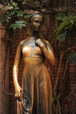 juliet s: Juliets staue by the house in Verona claiming to be Juliets