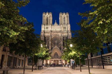 Célèbre Notre-Dame de Reims au crépuscule Banque d'images - 29491735